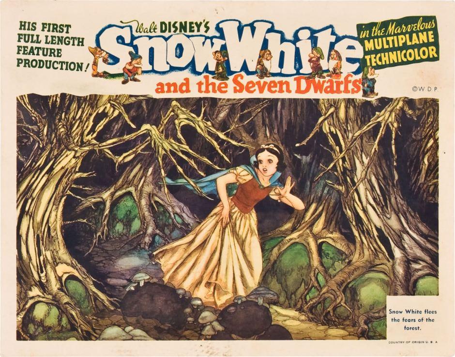 Une vieille affiche du film Blanche Neige et les Sept Nains, en Anglais. On y voit Blanche Neige courant dans la forêt, effrayée.