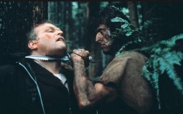 Rambo menaçant le shérif de son couteau.