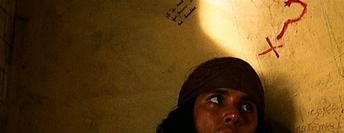Le personnage de Rafael contre un mur, un point d'interrogation est dessiné au rouge au-dessus de sa tête.