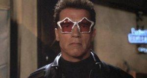 Arnold Schwarzenegger dans Terminator 3, avec des lunettes de soleil à paillettes en forme d'étoile, qui regarde vers la caméra.