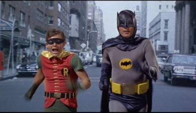 Batman et Robin courant dans la rue