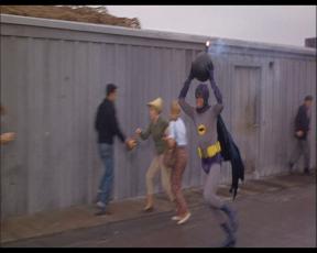 Batman cherchant à se débarrasser d'une bombe