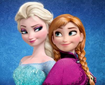 Elsa et Anna, les deux personnages principaux, dos à dos