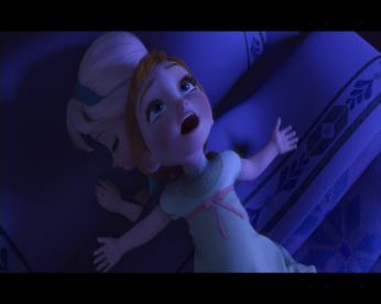 Anna et Elsa enfants dans le lit d'Elsa