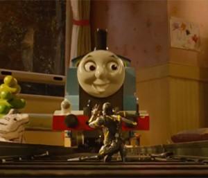"""Le """"grand"""" méchant d'Ant-Man aux prises avec un petit train."""