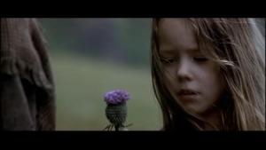 La petite Murron avec un chardon à la main