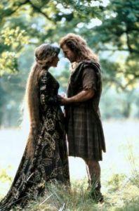 Je pense que l'idée c'était que ce soit une princesse comme ça elle pouvait avoir des jolis cheveux en fait.