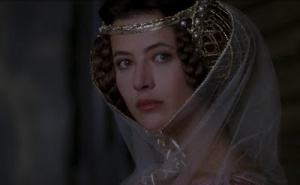 Sophie Marceau en Isabelle de France, regardant vers la caméra.
