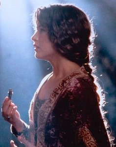 Sophie Marceau en Isabelle de France, une fiole de poison à la main.