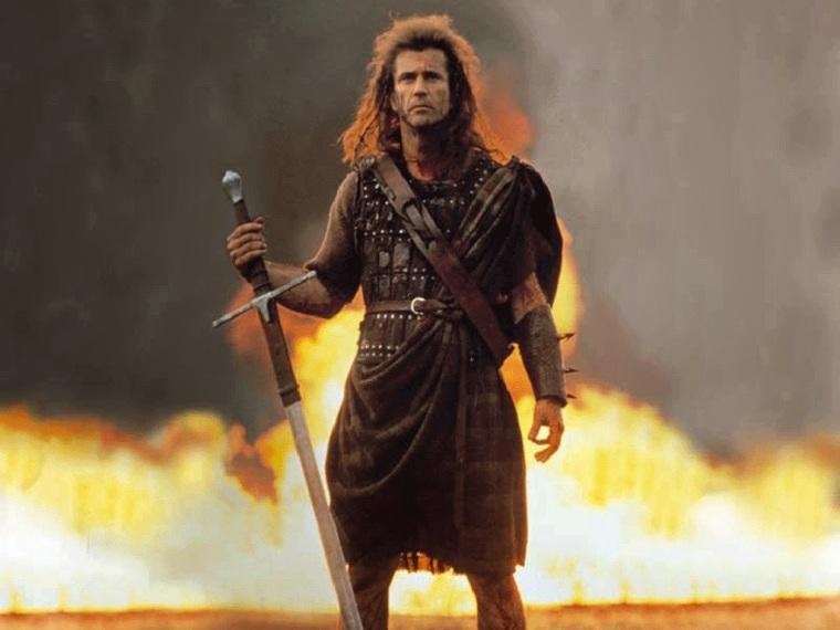 Mel Gibson en kilt, épée dégainée, des flammes derrières lui.