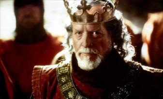 Patrick McGoohan, qui incarne Edward I, regardant vers la caméra l'air fâché.
