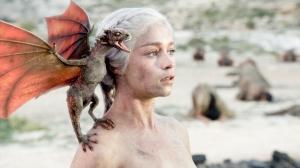 Extrait de Game of Thrones, Emilia Clarke (Daenerys) avec son dragon Drogon sur l'épaule.