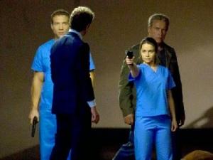 Sarah Connor pointe un pistolet sur John, à ses côtés Kyle Reese et le Terminator.
