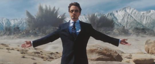 Tony Stark faisant la démonstration de son dernier missile.