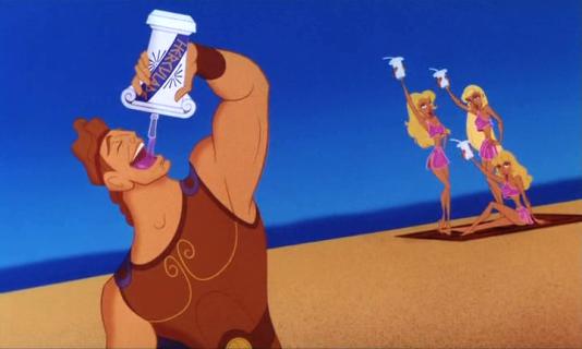 Hercule boit une Herculade sur la plage avec de jolies blondes en fond.