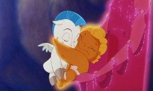 Bébé Pégase et Bébé Hercule font un câlin.