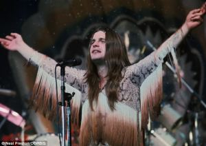 "Ozzy ""The Prince of Darkness"" Osbourne avec un top à franges de hippie, vous ici ?"