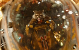 Rocket Raccoon s'écrasant sur son adversaire avec un vaisseau spatial.