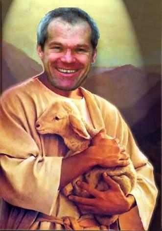 Uwe Boll dans tenant un agneau dans les bras, baigné d'une lumière divine.