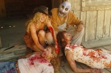 Baby et le Captain Spaulding avec des cadavres à la main, souriants.