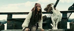 Johnny Depp dans le rôle de Jack Sparrow qui drague une chèvre.