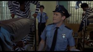 Willem Dafoe en garde de prison dans Cry Baby