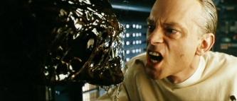 Image d'Alien 4 montrant un scientifique à l'expression plus effrayante que celle d' l'Alien.