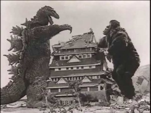 Godzilla et King Kong jouant à chat.