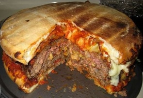 Un hybride monstrueux entre un kebab, une pizza et un hamburger.
