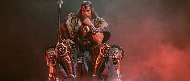 Conan, roi, assis sur un trône.