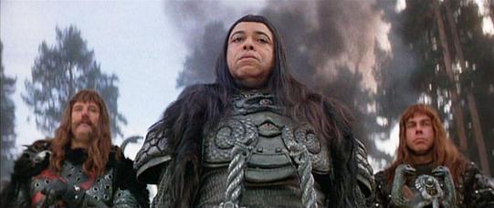 Thulsa Doom et ses hommes de mains.