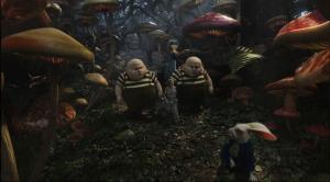 Tweedletim et Tweedleburton en tenue traditionnelle (cheveux et lunettes en moins) escortent Alice alors qu'on ne leur a rien demandé.