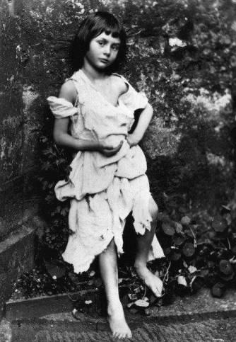 En cadeau, la vraie Alice, que voici. Son tonton Charles (alias Lewis) lui écrivit une histoire à son nom pour lui faire oublier ses caresses et autres attouchements déplacés. Sacré Lewis Carroll.