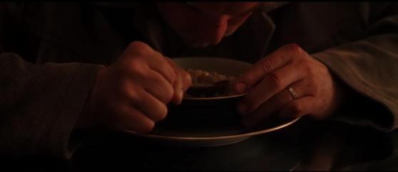 D'ailleurs Cobb et son totem sont introduits en même temps, et le totem a droit à son gros plan. Un indice : ce n'est pas l'assiette.