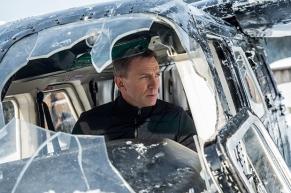 Et comme à l'époque de Brosnan, 007 fait des trucs impossibles avec un avion.
