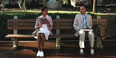 Forrest Gump assis sur un banc.