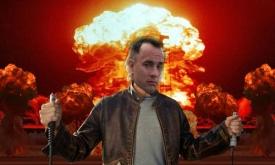 Montage présentant la tête de Tom Hanks sur le corps de Micheal Bay devant une explosion dont le réalisateur a le secret.