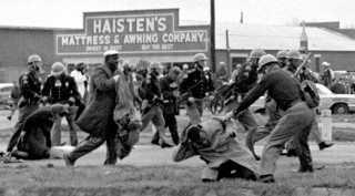 Photographie des répressions policières durant la marche pacifique de Selma en 1965.