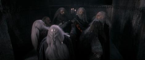 Scène issue de l'introduction du Seigneur des Anneaux où les sept seigneurs nains reçoivent leurs anneaux de pouvoir.