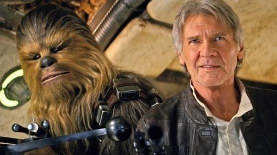 Han Solo et Chewbacca regardant la caméra.