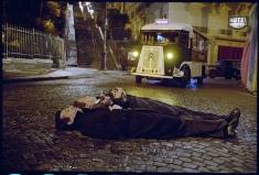 Boris Vian (interprété par Philippe Katerine) et Serge Gainsbourg (interprété par Eric Elmosnino) allongés sur les pavés parisiens.