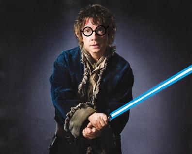 Bilbo le Hobbit (Martin Freeman) avec des lunettes rondes, une cicatrice en forme d'éclair et un sabre laser bleu.