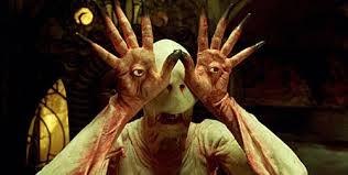 L'homme pâle, un grand humanoïde avec les yeux dans les mains.