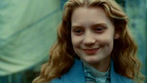 Alice souriant à la fin d'Alice au Pays des Merveilles, de Tim Burton.
