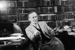 Le professeur Tolkien dans sa bibliothèque.