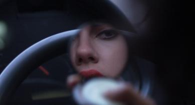 En parlant de miroir, voici le premier dans lequel se voit l'alien, qui est tout petit ; à mesure que le film avance, les miroirs s'agrandissent, et elle s'y regarde avec de moins en moins de vêtements et de maquillage.
