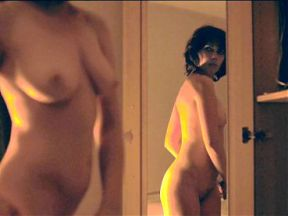 Under the Skin - Scarlett s'observe dans un miroir