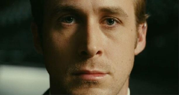 Ryan Gosling fixant la caméra sans qu'aucune expression ne soit lisible sur ses traits.