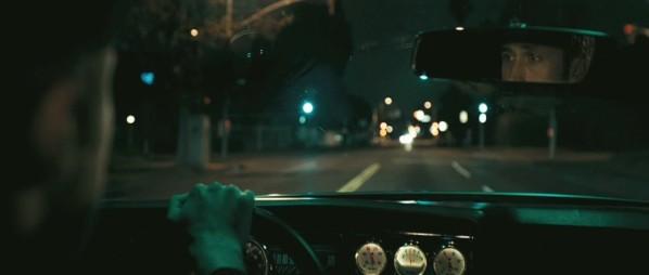 Un plan où Ryan Gosling conduit dans Drive mais où ses yeux ne sont visibles que dans le rétroviseur.
