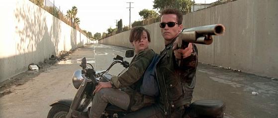Le Terminator et John Conor faisant de la moto dans les canaux en bitume anti-inondation de Los Angeles